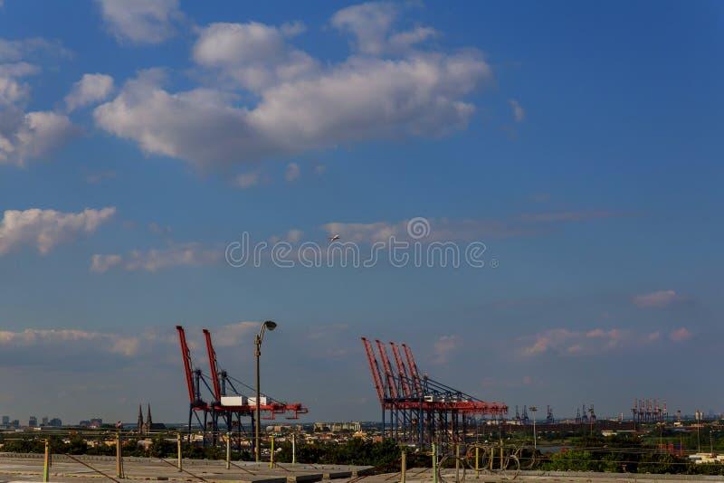 Zbiornika ładunku zafrachtowań statek z pracującym dźwigowym ładowaniem dla logistycznie importa eksporta tła obraz royalty free