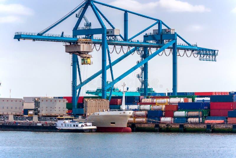 Zbiornika kętnara żuraw, zbiornik i pusty ładunku statek, zdjęcie royalty free