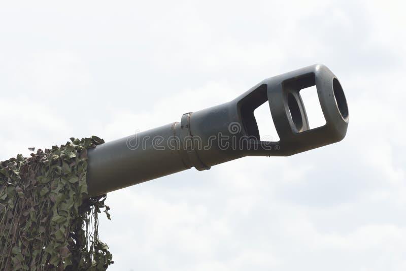 Zbiornika pistolet z kamuflażu siatkarstwem fotografia stock