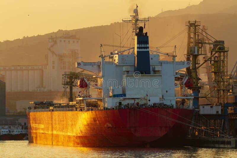 Zbiornika statek ładuje w porcie obraz stock