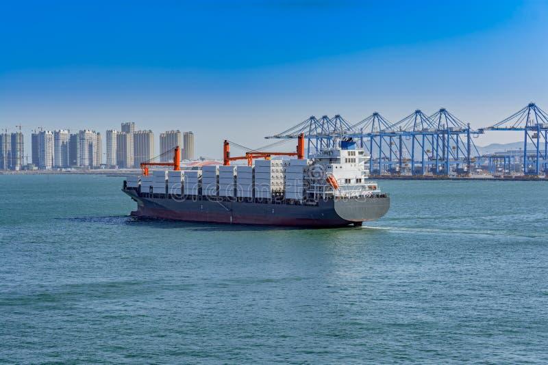 Zbiornika statek opuszcza zbiornika terminal obraz royalty free