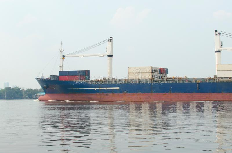 Zbiornika statek w rzece obrazy stock