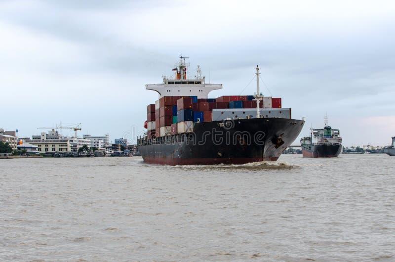 Zbiornika statek w rzece obraz stock
