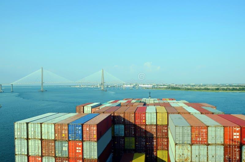 Zbiornika statek zbliża się Arthur Ravenel jr Most w Charleston, Południowy Caroline zdjęcie royalty free