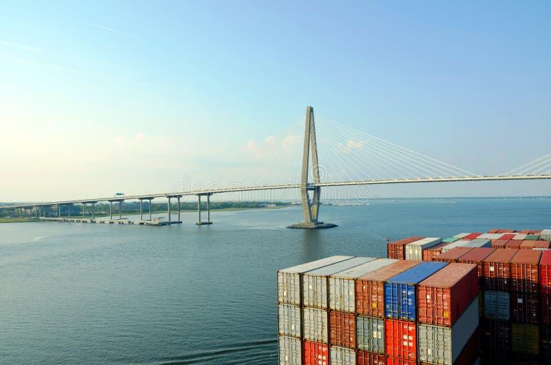 Zbiornika statek zbliża się Arthur Ravenel jr Most w Charleston, Południowy Caroline obraz royalty free