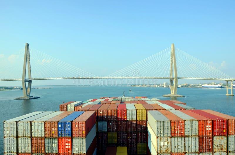 Zbiornika statek zbliża się Arthur Ravenel jr Most w Charleston, Południowy Caroline zdjęcie stock