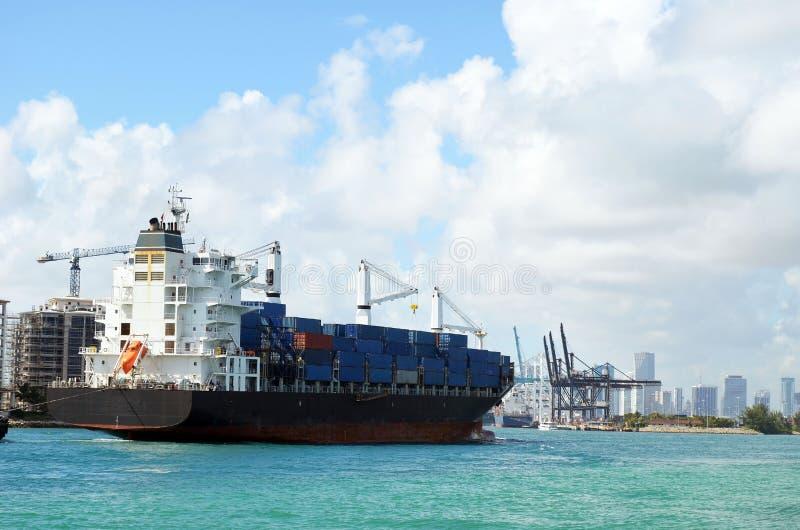 Zbiornika statek zbliża się port Miami zdjęcie royalty free
