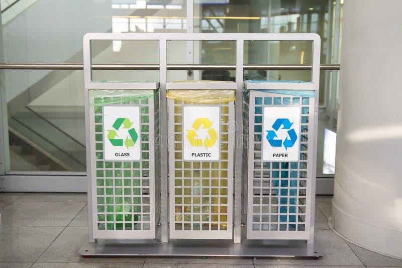 Zbiorniki dla śmieci różni typ Sortować śmieci Ekologia i przetwarza pojęcie target1590_0_ odpady fotografia stock