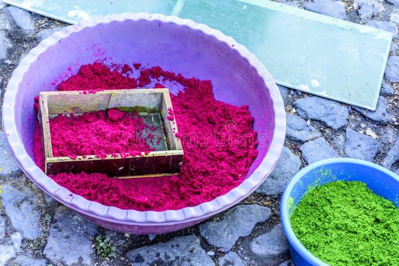 Zbiorniki farbujący trociny robić Palmowej Niedzieli korowodu dywanom, Antigua, Gwatemala zdjęcie royalty free
