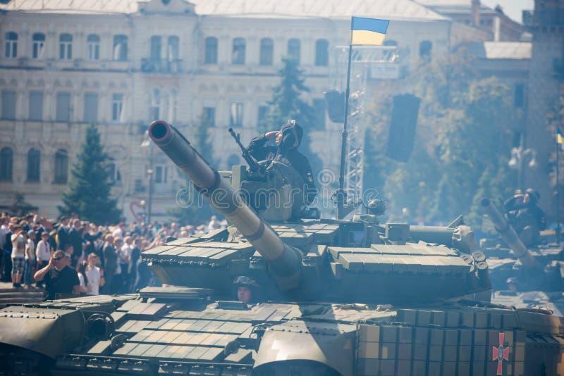 Zbiorniki na militarnej paradzie w Kijów, Ukraina obraz royalty free