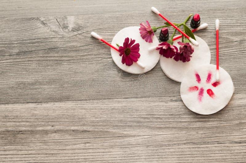 Zbiorniki opiek zdrowotnych bawełniane dostawy Kosmetyki i naturalny na tle obraz royalty free