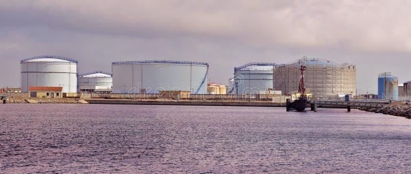 Zbiorniki w porcie port-la-nouvelle w Francja zdjęcie stock