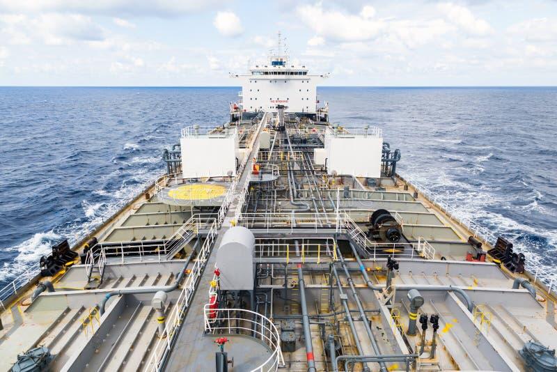 Zbiornikowa do ropy pokład podczas gdy spokój chmurzy pogodę Widok od masthead obrazy stock
