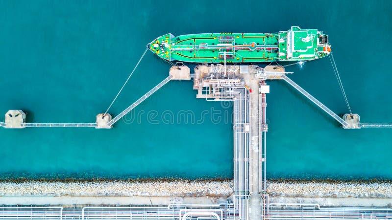 Zbiornikowiec do ropy, Benzynowa tankowiec operacja przy ropa i gaz terminal, widok f obraz royalty free