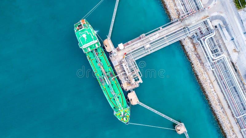 Zbiornikowiec do ropy, Benzynowa tankowiec operacja przy ropa i gaz terminal, widok f zdjęcia stock