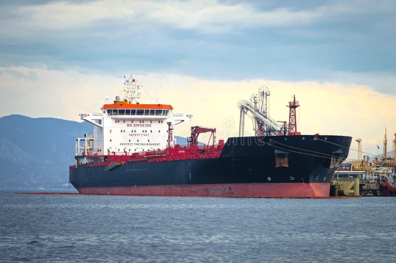 Zbiornikowiec do ropy przynosi swój ładunek w cysternowej składowej łatwości fotografia royalty free