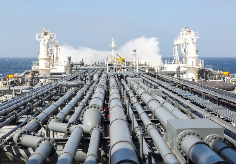 Zbiornikowiec do ropy rurociąg i łamanie fala fotografia royalty free