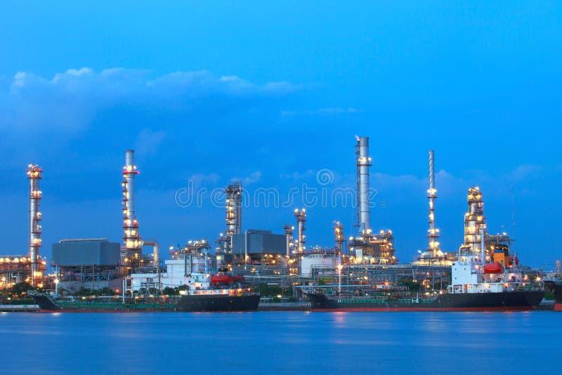 Zbiornikowiec do ropy statek na porcie przeciw pięknemu oświetleniu w ciemniusieńkim niebie obrazy stock