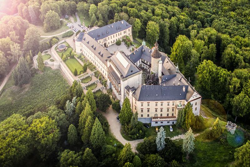 Zbiroh - opinião aérea da skyline do zangão do castelo foto de stock royalty free