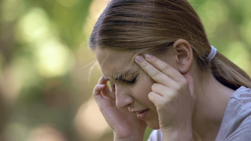 Zbliżenie żeński cierpienie od migreny, wysokie ciśnienie krwi, stresujący dzień zdjęcia stock