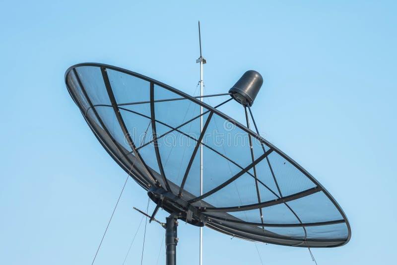Zbliżenie antena satelitarna na jasnym niebieskiego nieba tle obraz royalty free