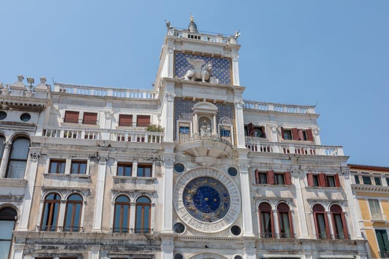 Zbliżenie fasada Zegarowy wierza w Wenecja fotografia royalty free