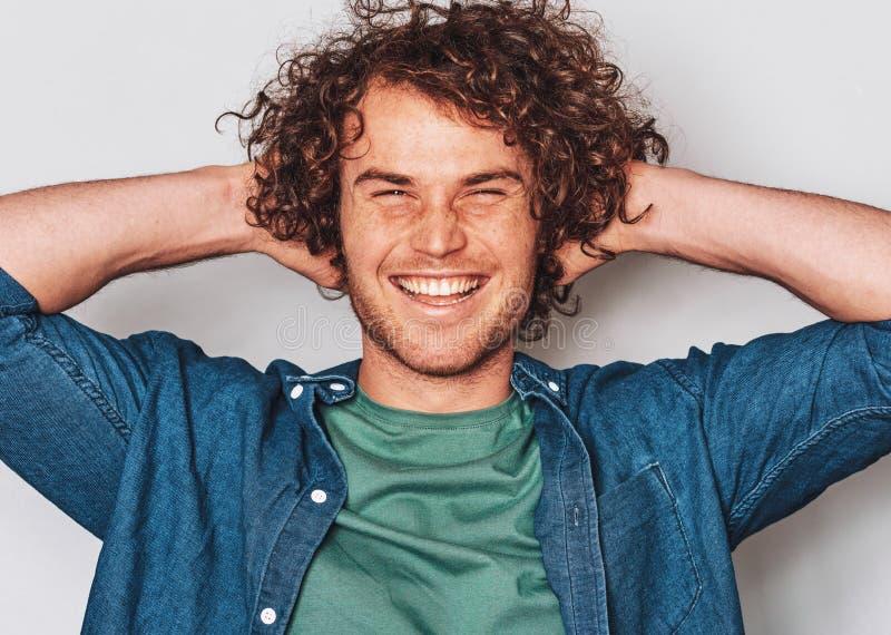 Zbliżenie indoors strzelał przystojny piegowaty pozytywny uśmiechnięty mężczyzna, pozujący dla ogólnospołecznej reklamy, odizolow obrazy stock