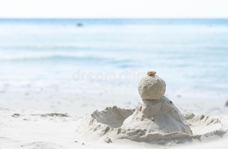 Zbliżenie kamień i piasek wypiętrzamy na plaży z wodą dla wakacje i relaksujemy conept obraz royalty free