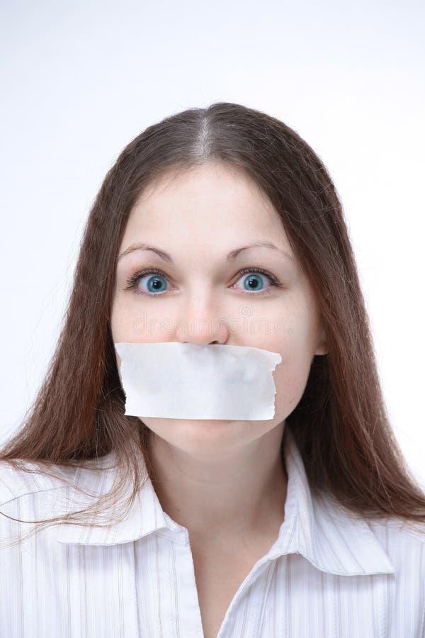 zbliżenie młoda biznesowa kobieta z nagrywającym usta Odizolowywał białego tło zdjęcie royalty free