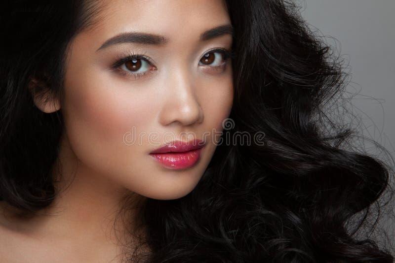 Zbliżenie młodej kobiety twarz z czystą skórą, różowe wargi zdjęcia royalty free