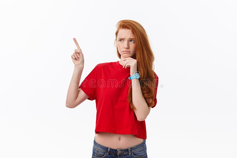 Zbliżenie poważna surowa młoda kobieta jest ubranym czerwonych koszulowych spojrzenia stresujących się i wskazują w górę palca od obrazy stock