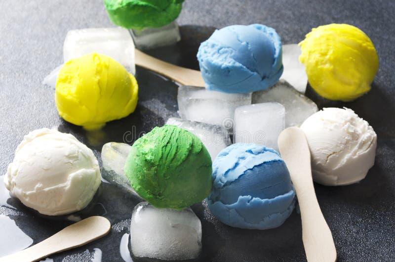 Zbliżenie różnorodni lodów smaki, lód, wtyka Lato i cukierki zdjęcia royalty free
