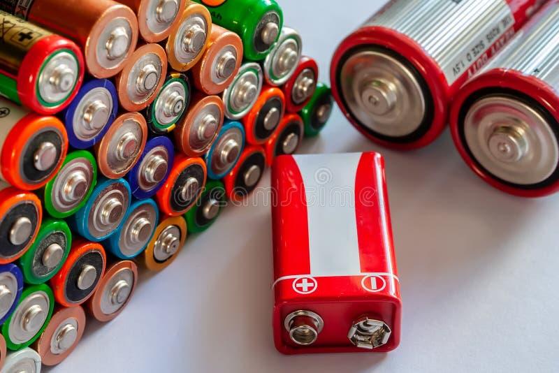 Zbliżenie stos używać alkaliczne baterie Kilka w rzędach zdjęcie stock