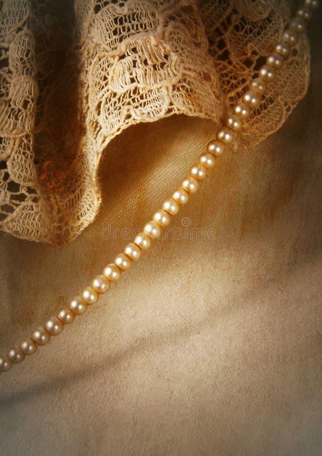 Zbliżenie szczegół rocznika atłas i koronkowa ślubna suknia z pasemkiem malutkie perły fotografia royalty free