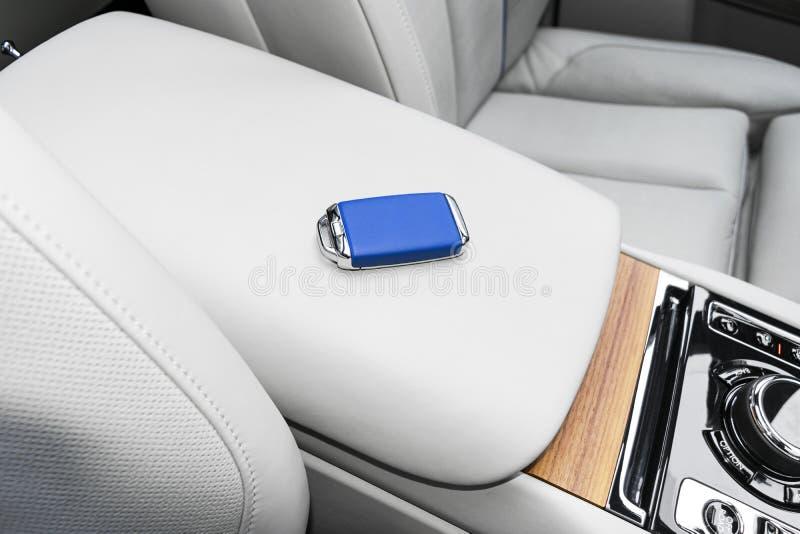 Zbliżenie wśrodku pojazdu bezprzewodowy błękitny skóra klucza zapłon na naturalnym drewnianym panelu Bezprzewodowy początku silni fotografia stock