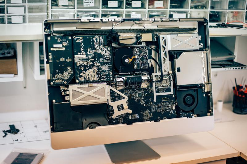 Zbliżenie wadliwy elektryczny w komputerowym monitorze w electr usłudze fotografia stock