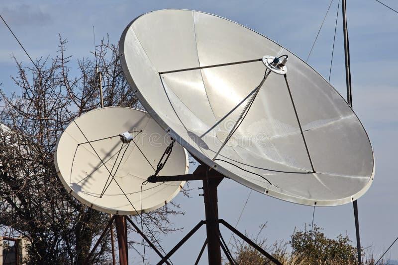 Zbliżenie widok anteny satelitarne komunikacje fotografia stock