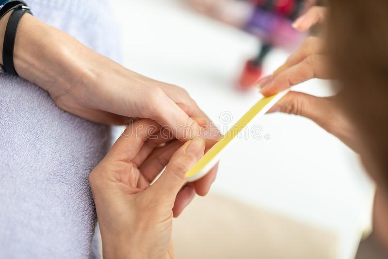 Zbliżenie widok fachowy manicurzysty segregowania paznokieć zdjęcie royalty free