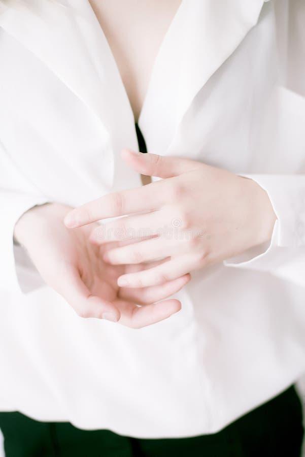 Zbliżenie wizerunek piękne kobiet ręki z lekkim manicure'em na gwoździach Śmietanka dla ręk, manicure'u i piękna traktowania, zdjęcie stock