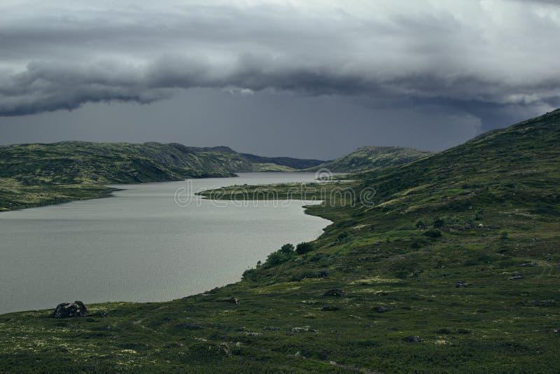 Zbliżać się burza przód w średniogórzach Widok zieleni wzgórza i jezioro zdjęcie stock