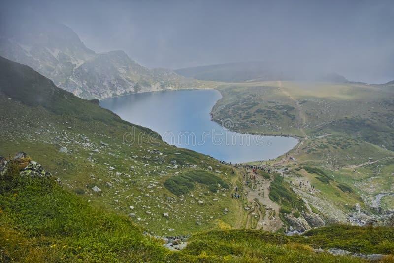 Zbliżać się chmury i Cynaderki jezioro Siedem Rila jezior obrazy stock