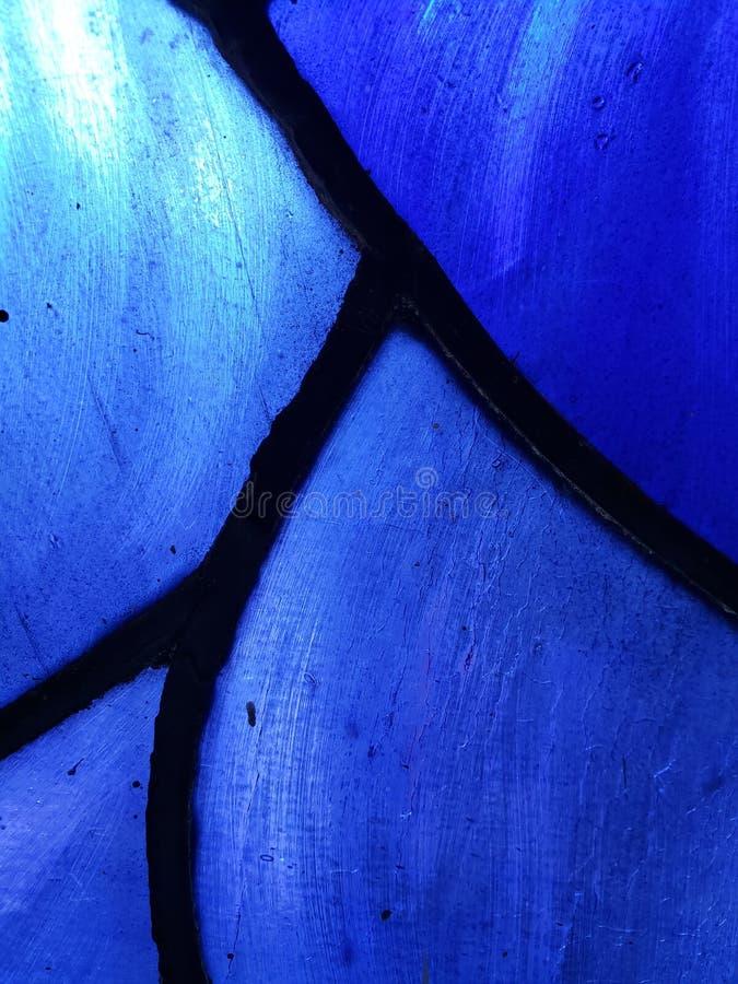 zbliża się witraż w kolorach, tle i teksturze błękitnych, zdjęcie royalty free