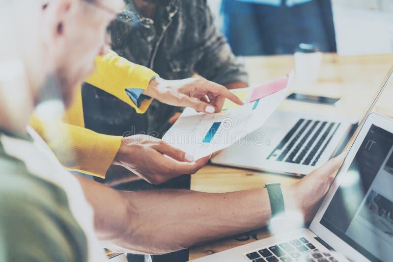 Zbliżeń Grupowi Młodzi Coworkers Robi Wielkim decyzjom biznesowym Kreatywnie Drużynowej dyskusi pracy Korporacyjny pojęcie Nowoży zdjęcie royalty free