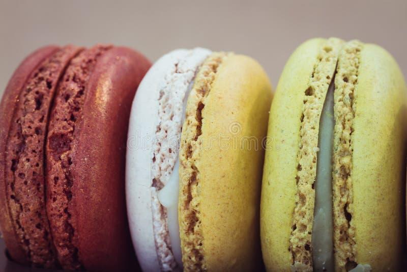 Download Zbliżeń kolorowi macarons obraz stock. Obraz złożonej z brąz - 53783835