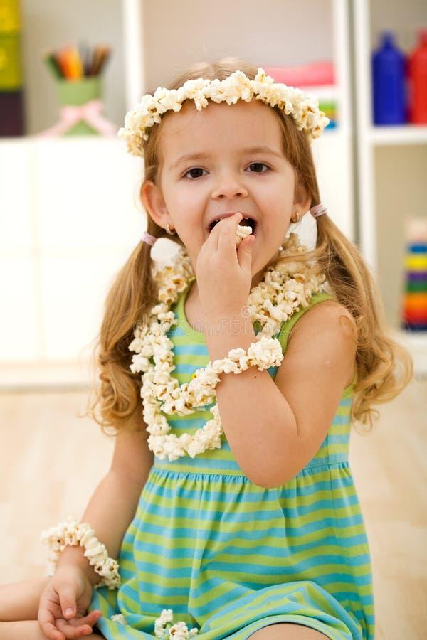 zbliżenia łasowania dziewczyny szczęśliwy popkorn obraz royalty free