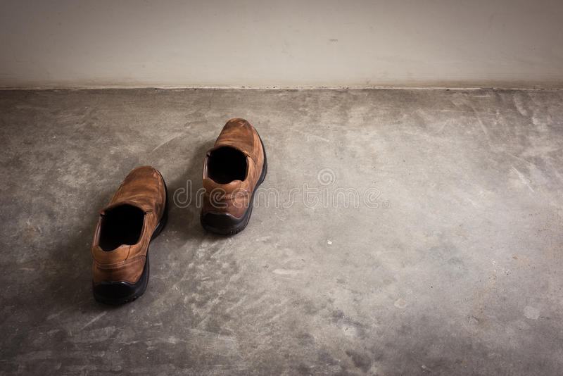 Zbliżenia Brown rzemiennych butów spacer w ścianie obraz stock