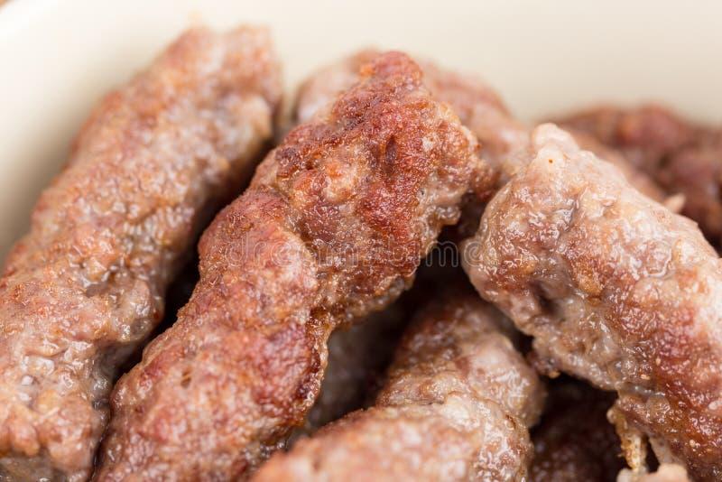 Zbliżenia cevapcici makro- świezi minced mięśni kebabs obraz royalty free