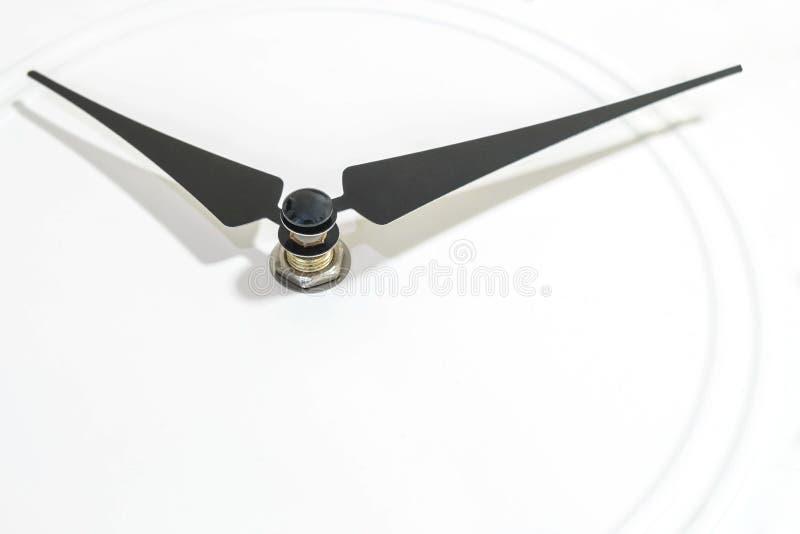Zbliżenia czerń clockwise przy białym zegarowym textured tłem z kopii przestrzenią obrazy stock
