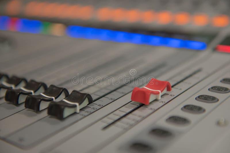 Zbliżenia dostosowania narzędzi rozsądnego melanżeru Audio muzyka, technologia zdjęcia royalty free