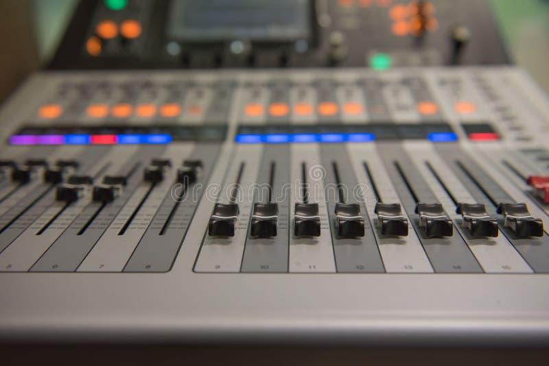 Zbliżenia dostosowania narzędzi rozsądnego melanżeru Audio muzyka, technologia obraz stock